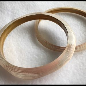 TWO PIECE BANGLE SET IN PALE PEACH. GOLD INSIDE